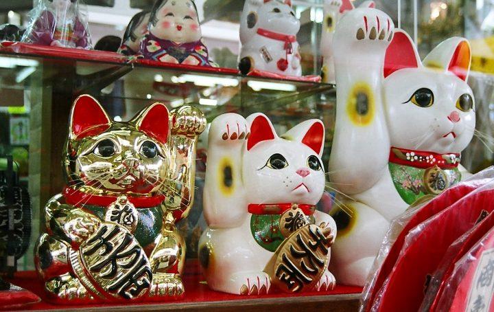 golden white waving cat maneki-neko